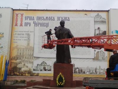 У Чернівцях до 100-річчя Буковинського віча миють пам'ятник Шевченку - фото
