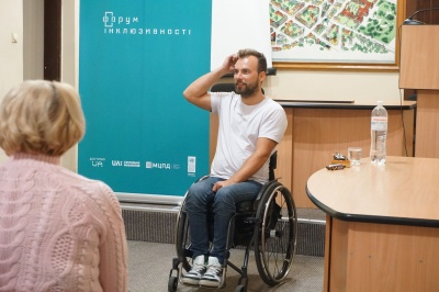 До Чернівців завітав мандрівник на візку Дмитро Щебетюк