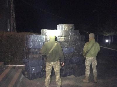 Заскочили на гарячому: на Буковиніприкордонники виявили 50 ящиків контрабандних цигарок