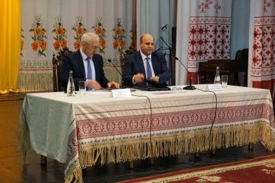 У Чернівцях сесія обласної ради відбувається у муздрамтеатрі