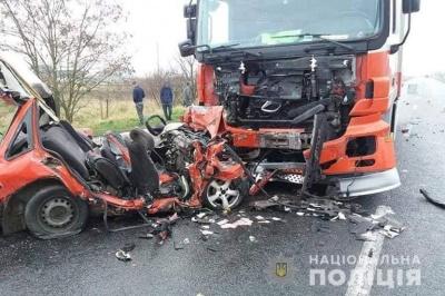 На Прикарпатті легковик влетів у вантажівку, якою кермував буковинець: двоє людей загинуло