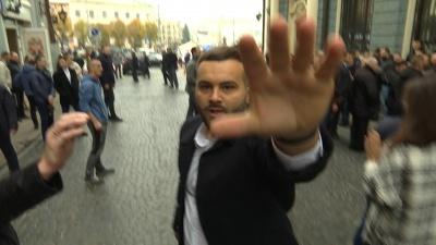 Пікет проти Тимошенко в Чернівцях: нападником на журналістів виявився син Мунтяна - відео