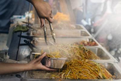 Яку їжу небезпечно купувати на вулиці: перелік