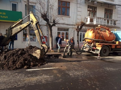 У Чернівцях через прорив труби розкопали частину вулиці зі свіжим асфальтом - фото