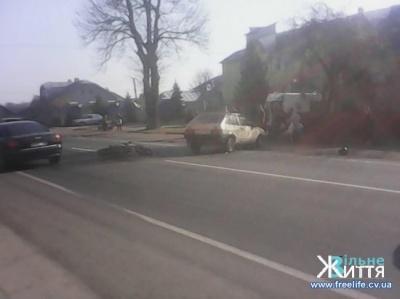 На Буковині ВАЗ зіткнувся з мотоциклом: водій двоколісного в лікарні