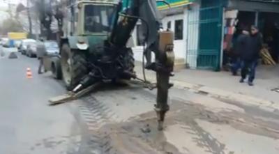 У Чернівцях продовжують розкопувати частину вулиці зі свіжим асфальтом - відео