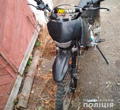 Хотів покататися: на Буковині хлопець вкрав припаркований мотоцикл біля одного з магазинів