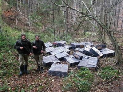 Втікачів зупиняли пострілами: на Буковині біля кордону виявили сигарет на півмільйона