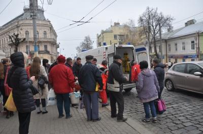 У центрі Чернівців раптово знепритомнів чоловік: людину забрала «швидка»