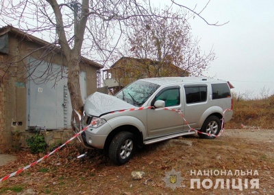 У Чернівцях п'яний іноземець під час втечі від поліції на чужому джипі врізався у дерево - фото