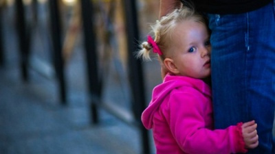 Чому дитина боїться залишатися сама вдома: причини