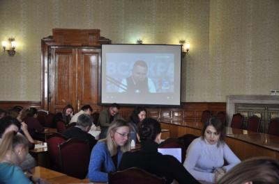У Чернівцях чиновники перевірили себе на грамотність: у трансляції радіодиктанту були збої