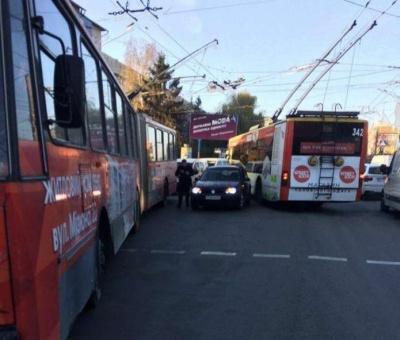 У Чернівцях «євробляха» врізалась у тролейбус: на Головній утворився затор