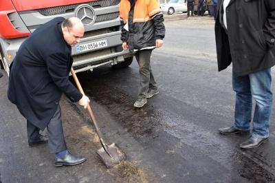 Мунтян з лопатою покартав підрядника через ремонт траси «Чернівці–Порубне» - відео