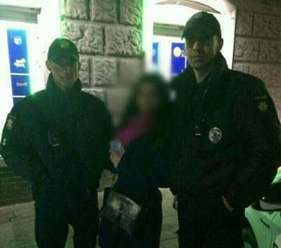 Таксист підібрав телефон і поїхав: патрульні допомогли чернівчанці повернути мобільний