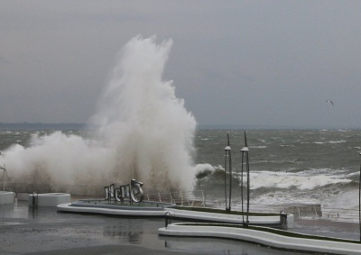 В Одесі хвиля змила дівчину з пірсу в море. Вона загинула