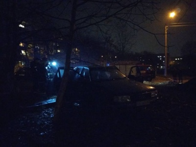 У Чернівцях загорівся автомобіль: рятувальники ліквідували пожежу - фото