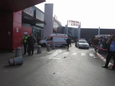 У Румунії авто влетіло у торговий центр: серед постраждалих – діти - відео