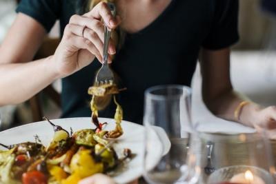 Шість дієвих порад, які допоможуть вам припинити переїдати