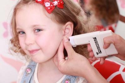 В якому віці дівчинці вже можна проколювати вуха