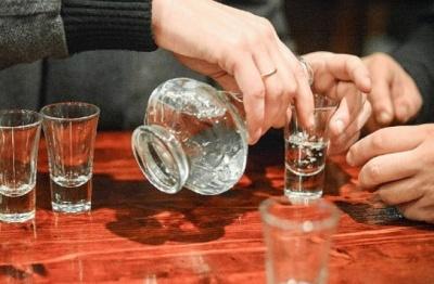 На Буковині медики госпіталізували двох осіб у важкому стані через отруєння сурогатом алкоголю