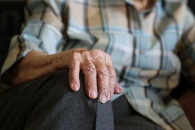 Сказала, що із соццентру: у Чернівцях шахряйка видурила у незрячого пенсіонера 14 тисяч гривень