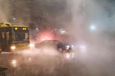 У центрі Києва прорвало трубу: вулицю залило окропом - відео