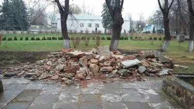 У Чернівцях демонтували пам'ятник Максиму Горькому - фото