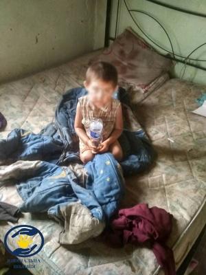 На Буковині семеро дітей проживали в будинку із жахливими умовами: поліція відібрала їх від батьків