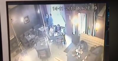 В Черновцах неизвестный украл у пиццерии куртку посетительницы - видео