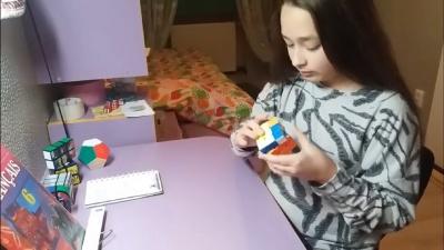 Дочь Обшанського показала, как составляет кубик Рубика за 15 секунд - видео