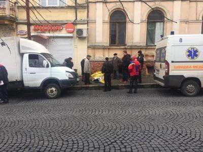У центрі Чернівців посеред вулиці раптово помер чоловік - фото