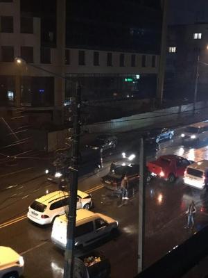 У Чернівцях зіткнулися три автівки: на вулиці Героїв Майдану утворився затор - фото