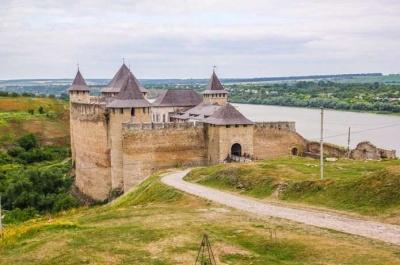 УХотинській фортеці встановлять фотозону та сонячні лавки