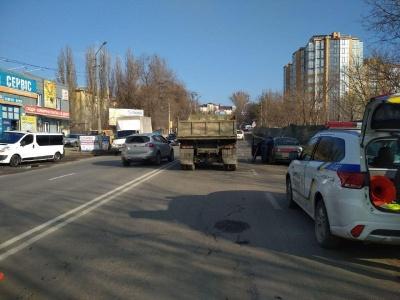 У Чернівцях КамАЗ зіткнувся із легковиком: на Винниченка рух ускладнений