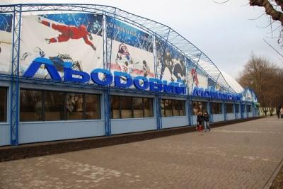 Міськрада хоче поділити землю стадіону «Буковина» й вилучити територію під «Льодовим майданчиком»