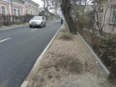 «Усе для людей»: дороги в Чернівцях ремонтують, а про тротуари забувають. Блог Марини Кавкало