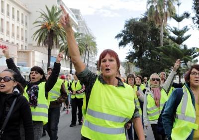 У Франції - масштабні протести проти зростання цін на пальне, є загиблий і поранені - фото
