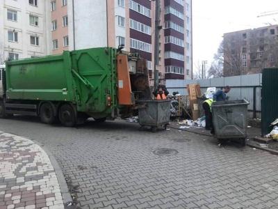 Після допису у Facebook Обшанського на Головній прибрали гору сміття - фото