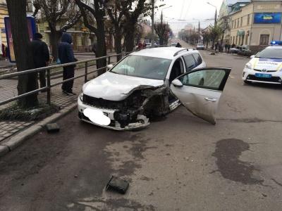 У центрі Чернівці зіткнулись два легковики: один з водіїв намагався втекти