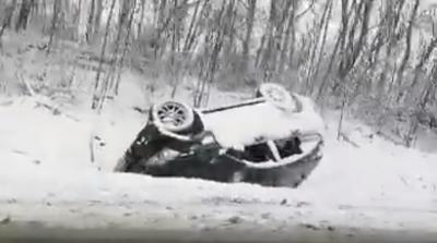 Снігова негода на Буковині: вантажівка й позашляховик перекинулись у кювет - відео