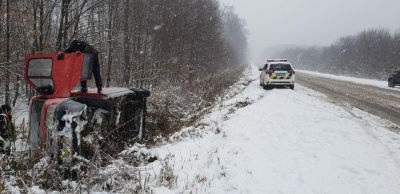 На Буковині ще дві автівки з'їхали з траси у кювет через снігову негоду - фото