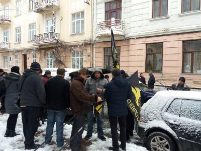 У Чернівцях водії авто з «євробляхами» влаштували пікет під приміщенням ОДА - фото