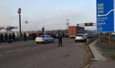 У Рівненській області власник авто на єврономерах наїхав на патрульного - поліція