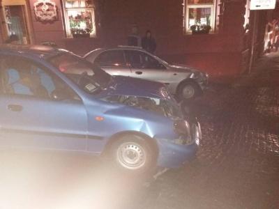У центрі Чернівців зіткнулися два «Ланоси»: водій підрізав іншого на повороті - фото