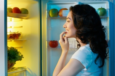 Чому людям хочеться їсти навіть після ситного обіду
