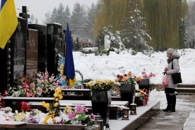 У Чернівцях поклали квіти до могил Героїв Небесної Сотні та воїнів АТО - фото