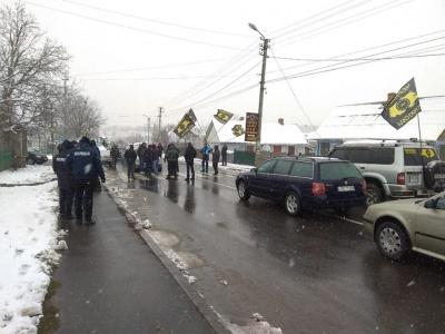 Перекриття траси в Атаках: у заторах стоять приблизно 20 автівок