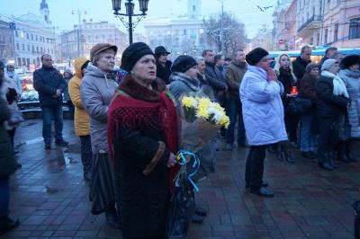 День Гідності та Свободи: близько сотні людей помолились у центрі Чернівців - фото
