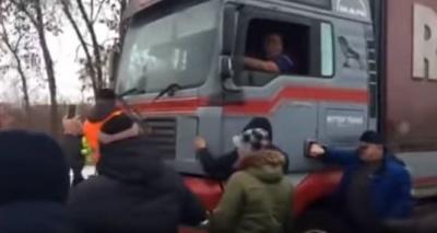 """На Полтавщині """"євробляхери"""" напали на далекобійників (відео)"""